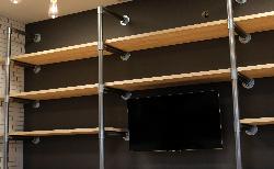 単管パイプで作るインダストリアルな壁面収納DIY!